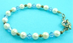 Pearl bracelet with blue swarovski